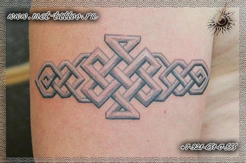 Тату кельтский орнамент на плече
